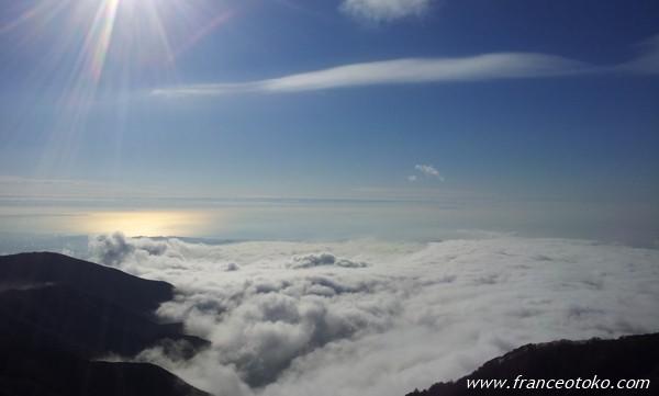 幻想的な山と雲