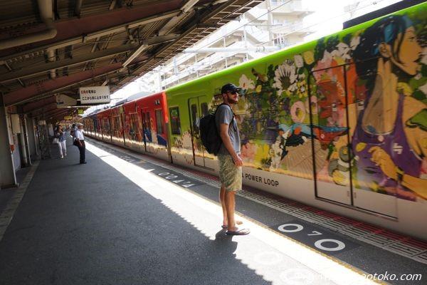 大阪 電車 アート 外人