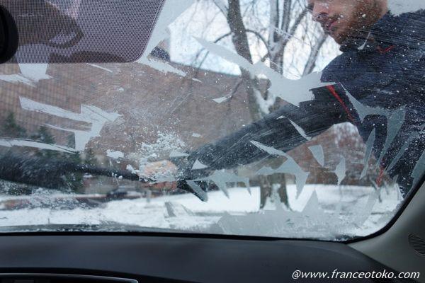 車の窓が凍る