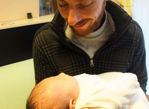 フランス人 赤子を抱く