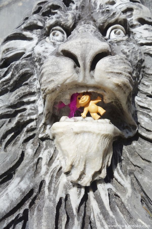トロールがライオンに食べられる