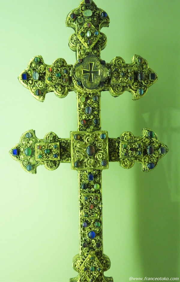 宝石の十字架 パリ フランス