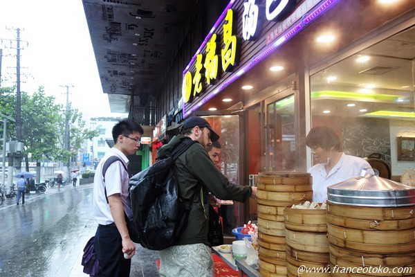 上海で肉まんを買うフランス人
